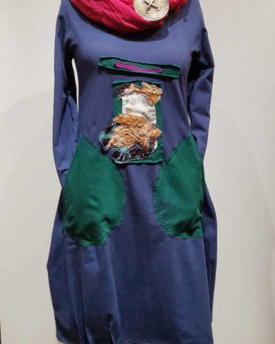 Niebieska sukienka z kieszeniami